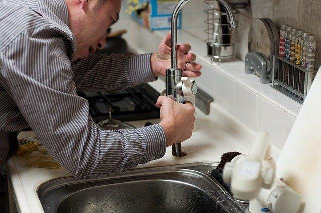 Quand faut-il appeler un plombier pour une canalisation bouchée ?